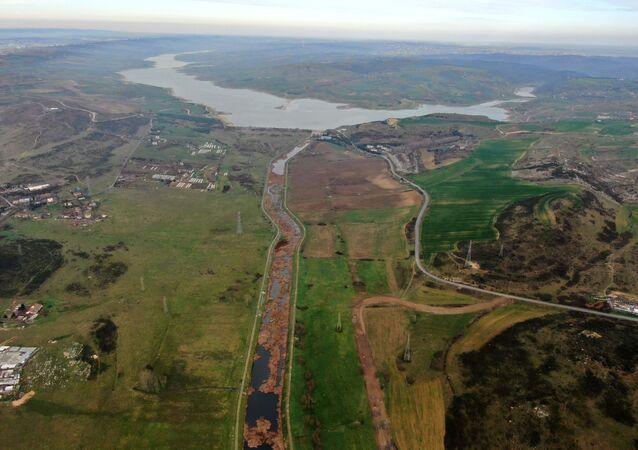 Kanal İstanbul projesinin en önemli kısımlarından olan Küçükçekmece gölü ile Sazlıdere Barajı arasındaki güzergah havadan görüntülendi. Güzergahta bulunan Sazlıdere barajını balçıktan temizleme çalışmaları yaptığı görüldü.
