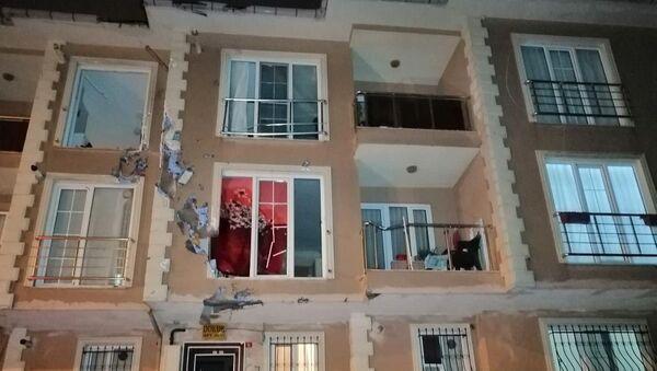 İstanbul'da uçan çatı karşı apartmana çarptı - Sputnik Türkiye
