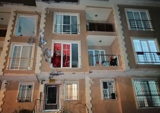 İstanbul'da uçan çatı karşı apartmana çarptı