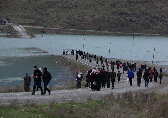 Köprü baraj altında kalınca okul yolu çileye dönüştü