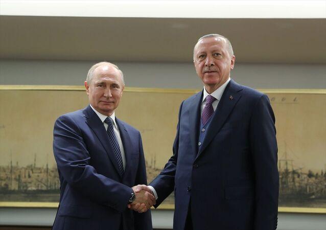 Türkiye Cumhurbaşkanı Recep Tayyip Erdoğan ile Rusya Devlet Başkanı Vladimir Putin'in, TürkAkım doğal gaz boru hattının açılışı öncesi baş başa görüşmesi başladı. Erdoğan, Rus doğal gazını Türkiye'ye ve Türkiye üzerinden Avrupa'ya nakledecek TürkAkım doğal gaz boru hattının açılışı için İstanbul'da bulunan Putin'i, Haliç Kongre Merkezi'nde karşıladı. Karşılamanın ardından ikili görüşme başladı.
