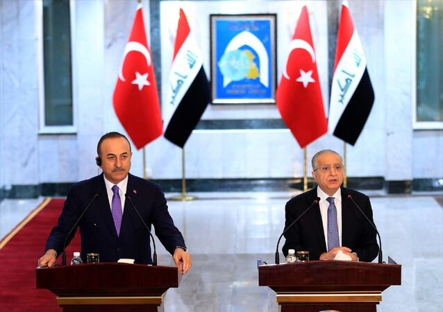 Dışişleri Bakanı Mevlüt Çavuşoğlu (solda), resmi temaslarda bulunmak üzere geldiği Irak'ın başkenti Bağdat'ta, Irak Dışişleri Bakanı Muhammed Ali El Hekim (sağda) ile görüştü. Çavuşoğlu ve El Hekim, görüşme sonrası ortak basın toplantısı düzenledi.