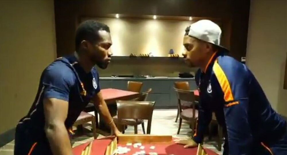 Medipol Başakşehir'in Brezilyalı futbolcusuRobinhove Nijeryalı oyuncusuOkechukwu Godson Azubuike, turuncu-lacivertli kulübün yaptığı videolu paylaşımda Çiçek Abbas filminin meşhur atışma sahnesini canlandırdı.
