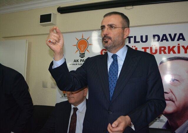 AK Parti Genel Başkan Yardımcısı Mahir Ünal, Balıkesir'in Ayvalık ilçesinde partisinin ilçe teşkilatını ziyaret etti. AK Parti İlçe Başkanı Hakan Kayaalp (solda), ziyaretinde Ünal'a tablo ve zeytinyağı hediye etti.