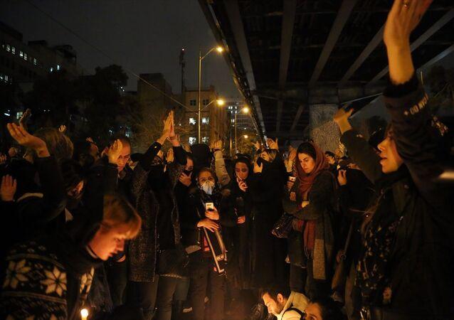 İran'ın başkenti Tahran'da düşürülen uçakta hayatını kaybedenler için düzenlenen anma, hükümet karşıtı gösteriye dönüştü