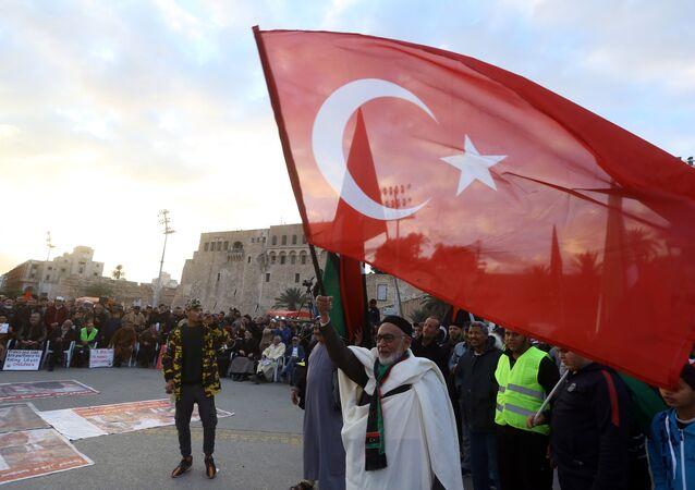 Libya'da Hafter karşıtı gösterilerde Türk bayrağı açıldı.