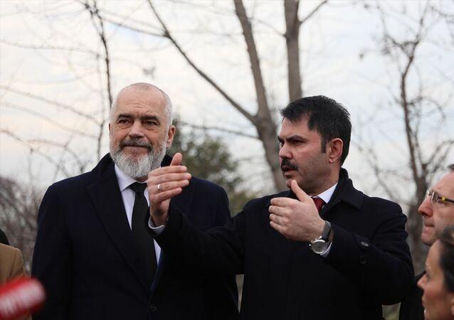 Çevre ve Şehircilik Bakanı Murat Kurum (sağda), Arnavutluk Başbakanı Edi Rama (solda) ile Kurbin bölgesinde Laç kasabasında inşa edilecek 500 konutun proje sahasını inceledi.