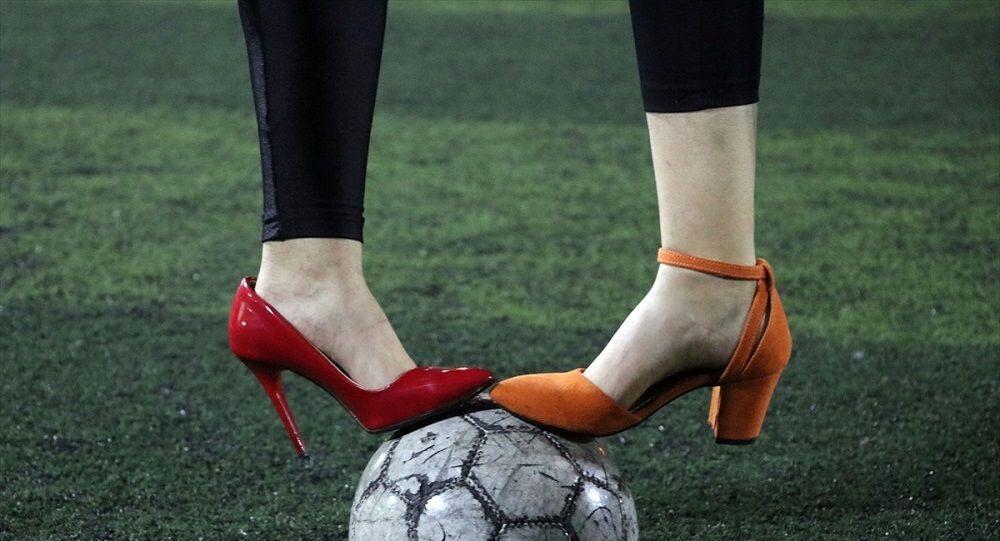 Aydın'da kadın gazeteciler sahaya topuklu ayakkabıyla çıktı