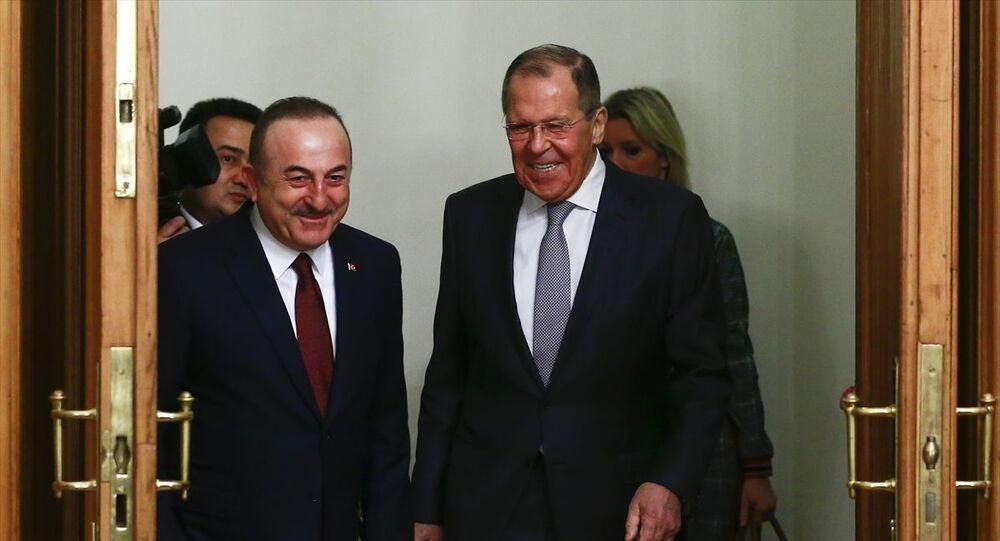 Dışişleri Bakanı Mevlüt Çavuşoğlu (solda) ve Milli Savunma Bakanı Hulusi Akar, Libya'da barış ve istikrarı sağlama çabaları kapsamında Rusya'da Dışişleri Bakanı Sergey Lavrov (sağda) ile görüştü.