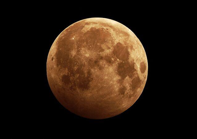 2020 yılının ilk Ay tutulması Rusya'nın  her yerinden de çıplak gözle görülebildi.  Sibirya'nın Krasnoyarsk kentinde çekilen bir fotoğraf.