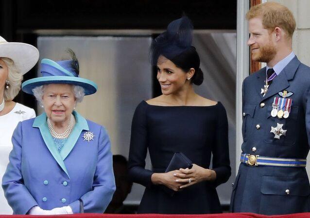Kraliçe Elizabeth Prens Harry Meghan Markle