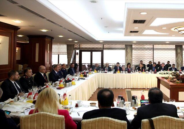 Milli Savunma Bakanı Hulusi Akar, gazete ve televizyonların Ankara temsilcilerini Bakanlıkta kabul etti. Akar, programda konuşma yaptı.
