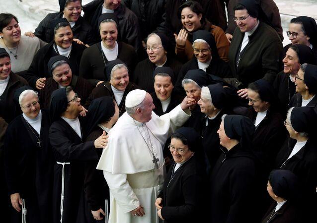 Papa 1. Francis,Vatikan'da haftalık dini toplanmada rahibelerle selamlaşırken (15 Ocak 2020)