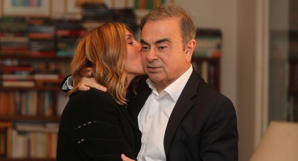Fransa, Brezilya ve Lübnan vatandaşlığı bulunan Carlos Ghosn ile Lübnan doğumlu, ABD vatandaşı eşi Carole Ghosn, Beyrut'taki evlerinde Reuters'e özel röportaj verirken