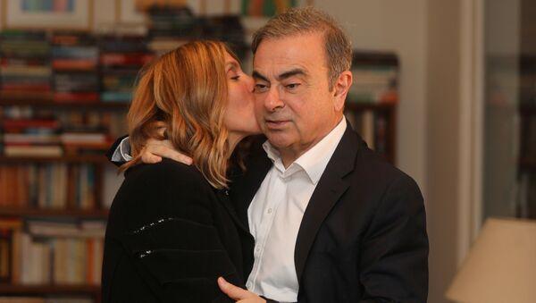 Fransa, Brezilya ve Lübnan vatandaşlığı bulunan Carlos Ghosn ile Lübnan doğumlu, ABD vatandaşı eşi Carole Ghosn, Beyrut'taki evlerinde Reuters'e özel röportaj verirken - Sputnik Türkiye