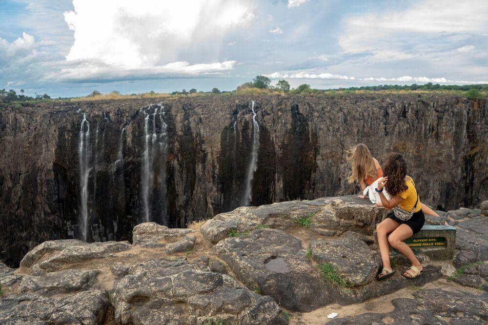 Afrika kıtasının güneyinde yer alan Zimbabve'de aşırı kuraklıktan dolayı ünlü Victoria Şelalesi kuruma noktasına geldi. Yaklaşık 130 metre yüksekliğinde olan ve manzarası dolayısıyla yerli ve yabancı birçok turistin uğrak noktası olan şelale son yüzyılın en kurak dönemini geçiriyor. Yetkililer, ülkenin en kuzeybatı ucunda yer alan Zambiya sınırındaki şelalenin oluşmasını sağlayan Zambezi Nehri'nin su debisinin 1995 yılından beri en düşük seviyeye gerilediğini açıkladı.