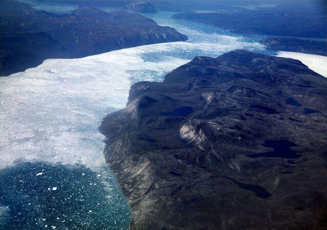 Son 40 yılda Kuzey Kutbu bölgesinde yaz mevsiminde deniz buzuyla kaplı alanın her 10 yılda ortalama yüzde 12 küçüldüğünü ortaya konuldu. En fazla küçülme 2015-2019 döneminde gerçekleşti. Diğer yandan en fazla buzul erimesi de bu dönemde kaydedildi.