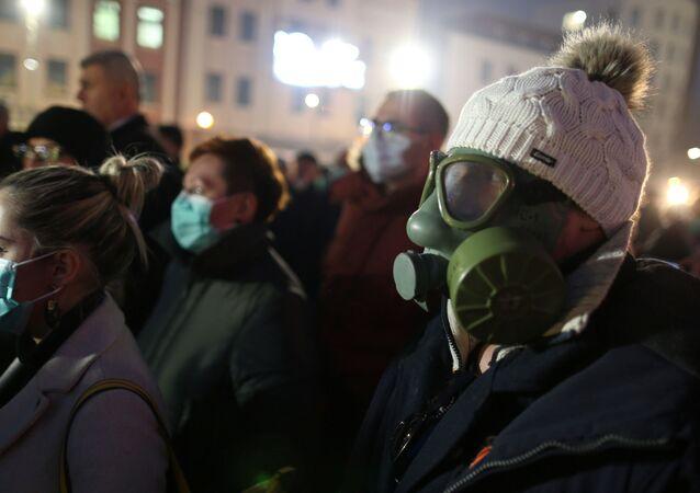Bosna'nın Tuzla kentinde gaz maskeli göstericilerden hava kirliliği protestosu