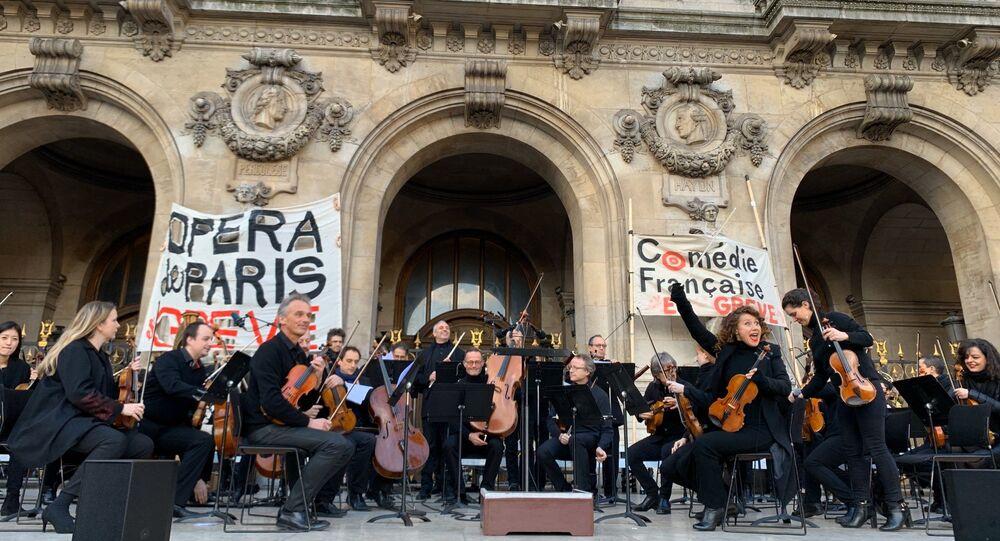 Paris Operası sanatçılarından protestolara destek konseri