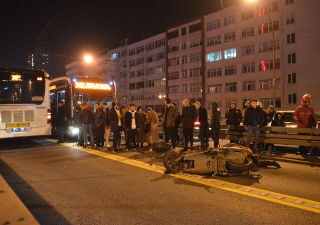 Mecidiyeköy ilçesinde, metrobüsle motosikletin çarpışması sonucu 1'i ağır 2 kişi yaralandı.