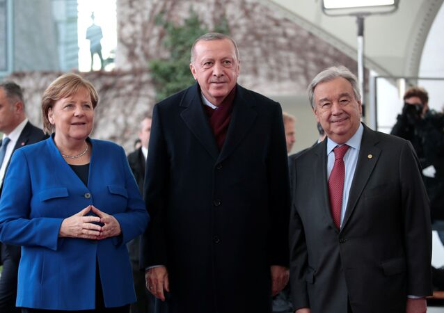 Türkiye Cumhurbaşkanı Recep Tayyip Erdoğan, Libya Konferansı için gittiği Berlin'de Almanya Cumhurbaşkanı Angela Merkel ve Birleşmiş Milletler Genel Sekreteri Antonio Guterres tarafından karşılandı