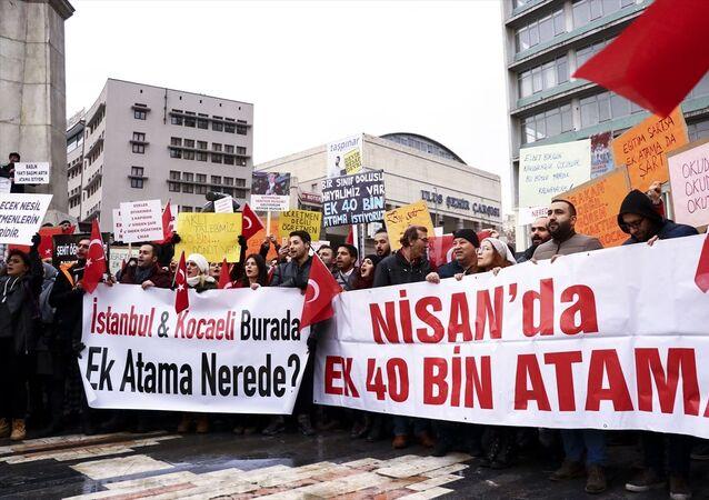 Türk Eğitim-Sen ve Eğitim Bir-Sen öncülüğünde, Türkiye'nin birçok ilinden gelerek Ankara Ulus'taki Atatürk heykeli önünde toplanan bir grup atama bekleyen öğretmen, şubat ayında atanacak öğretmen sayısına 40 bin kadro ilave edilmesini talep etti.
