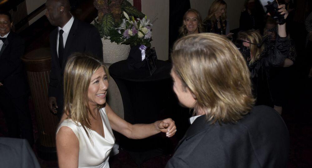 2005 yılında boşanan Hollywood'un en ünlü çiftlerinden biri olan Jennifer Aniston ve Brad Pitt,  dün akşam gerçekleştirilen SAG Ödülleri'nde ayrılık sonrası ilk kez aynı karede görüntülendi.