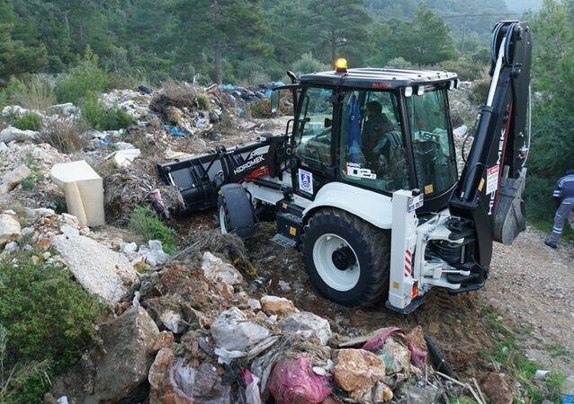 Bodrum'da, ormanlık alana atılan yaklaşık 65 ton atık yetkilileri şok etti. Ormanın neredeyse her yerinden çıkan çöpler, Bodrum Belediyesi ekiplerince temizlendi.
