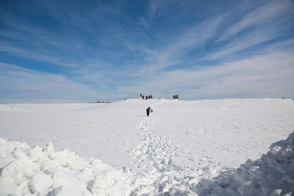 Sabah saatlerinden akşam saatlerine kadar karın ve temiz havanın tadını çıkaran vatandaşlar, güzel bir hafta sonu geçiriyor.