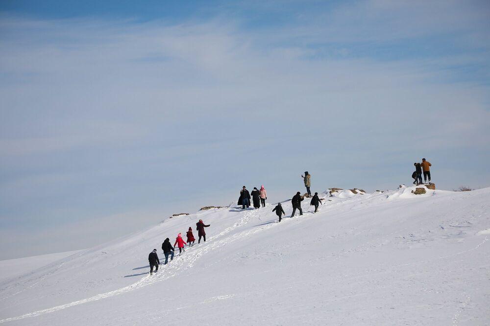 Şanlıurfa, Diyarbakır ve Mardin gibi, çevre illerden Karacadağ'a çıkan vatandaşlar kar üstünde mangal yaparken, gençler kaymayı, çocuklar ise kardan adam yapmayı tercih ediyor.