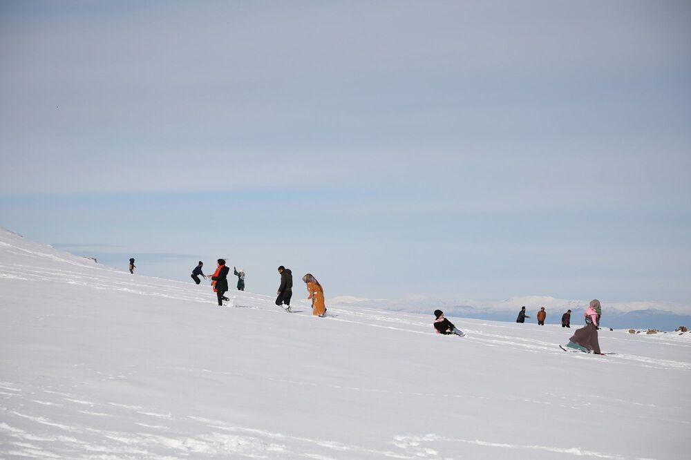 Kış mevsiminde kar kalınlığının 70-80 santimetre yükseldiği Karacadağ, özellikle hafta sonları piknik yapmaya giden vatandaşları ağırlıyor.