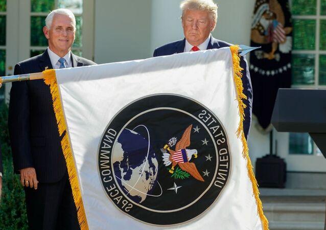 Pence ile Trump kuruluş töreninde ABD Uzay Kuvvetleri flamasıyla