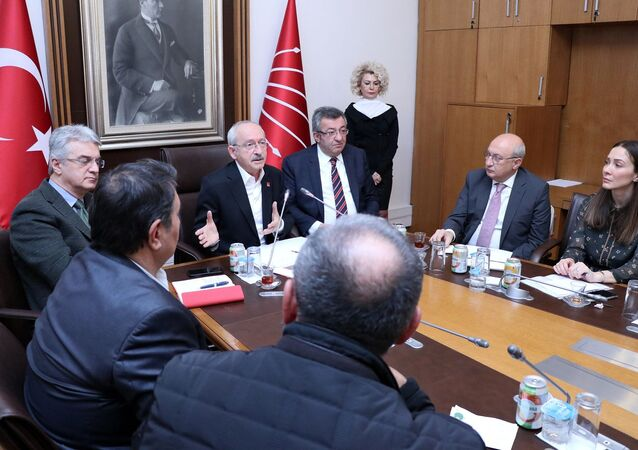 CHP Genel Başkanı Kemal Kılıçdaroğlu, Kombassan Holding mağdurlarını TBMM'de kabul ederek, bir süre görüştü.