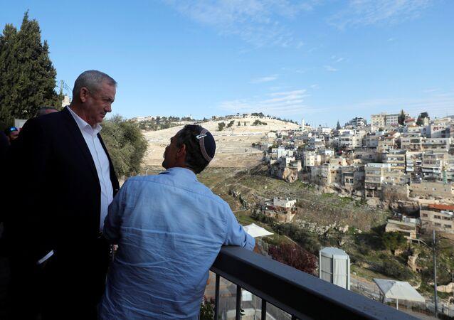 Mavi-Beyaz İttifakı lideri Benny Gantz (solda) Doğu Kudüs turu sırasında Silvan'da 'Davut Kenti' denilen bölgeye uzaktan bakarken