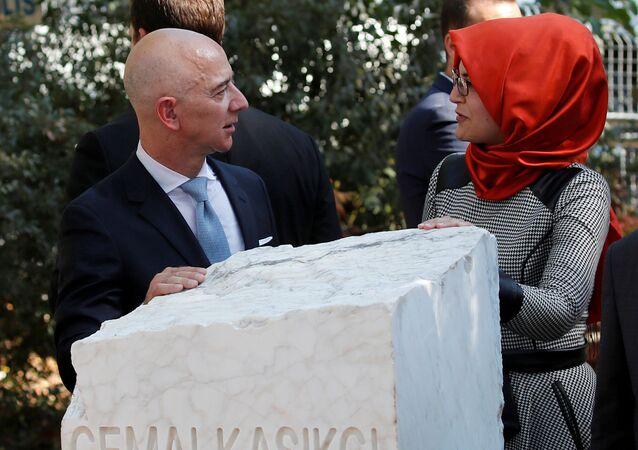 Amazon'un sahibi  Jeff Bezos ile Cemal Kaşıkçı'nın nişanlısı Hatice Cengiz cinayetin birinci yıldönümünde İstanbul'daki anma töreninde (2 Ekim 2019)