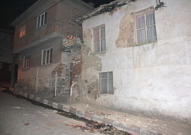 Manisa'nın Akhisar İlçesinde Meydana gelen 5.4 Büyüklüğündeki depremde, Kırkağaç ilçesine bağlı İlyaslar mahallesindeki bazı evler zarar gördü.