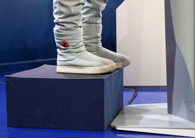 Greta Thunberg, Davos'ta kürsünün arkasına konulan platforma basarak mikrofona ulaştı.