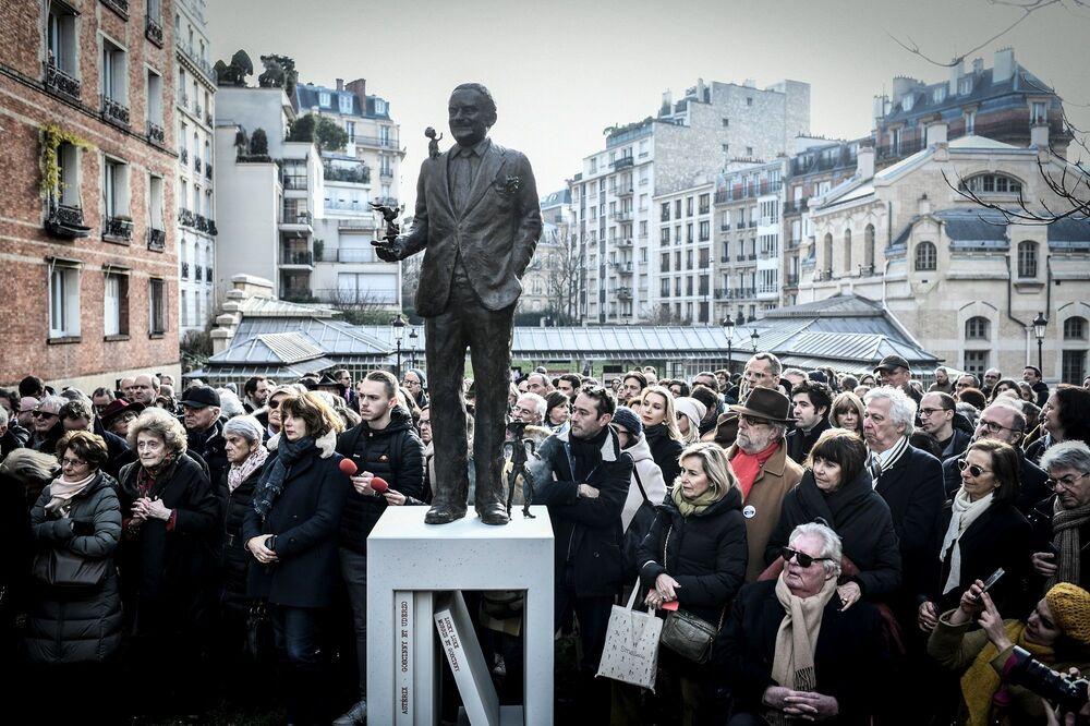 1977 yılına beyin kanamasından hayatını kaybeden Goscinny'nin heykeli, en sevilen kitaplarının bulunduğu ve kitaplık şekilde yapılan bir heykel kaidesinin üstünde duruyor.