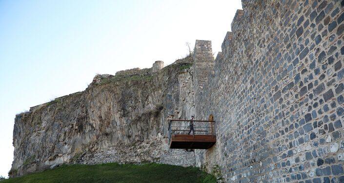 UNESCO korumasındaki 7 bin yıllık sura balkon yapıldı