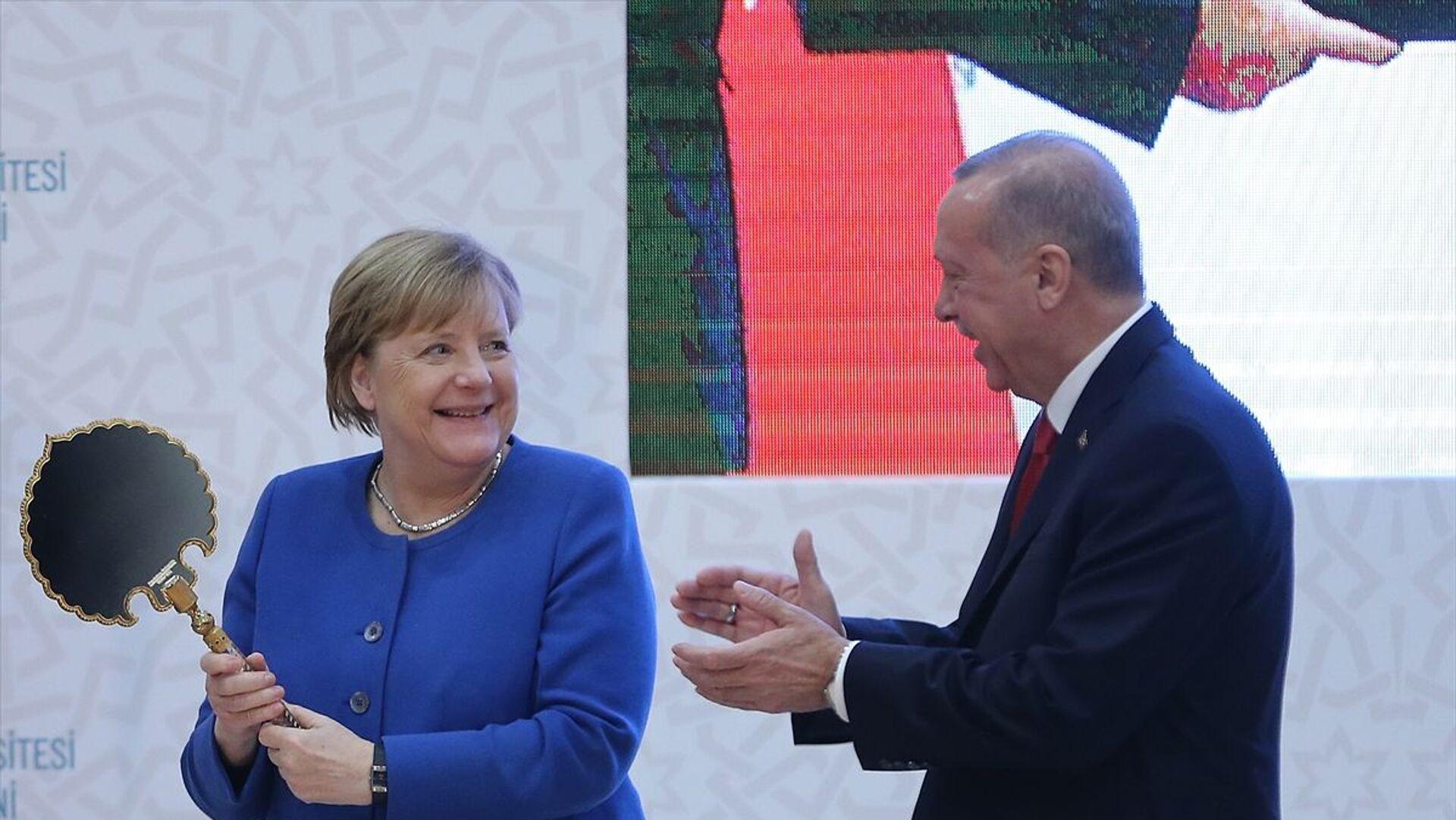 Erdoğan'ın hediyeleri Merkel'i mutlu etti. - Sputnik Türkiye, 1920, 15.09.2021