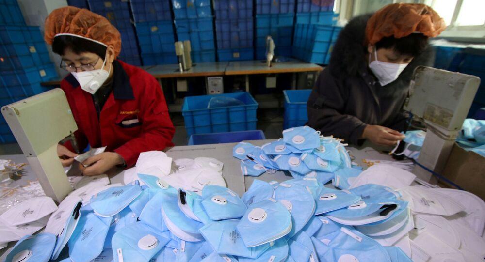 Çin'in Hebei eyaletindeki Handan kentinde bulunan fabrikada maske üretimi.