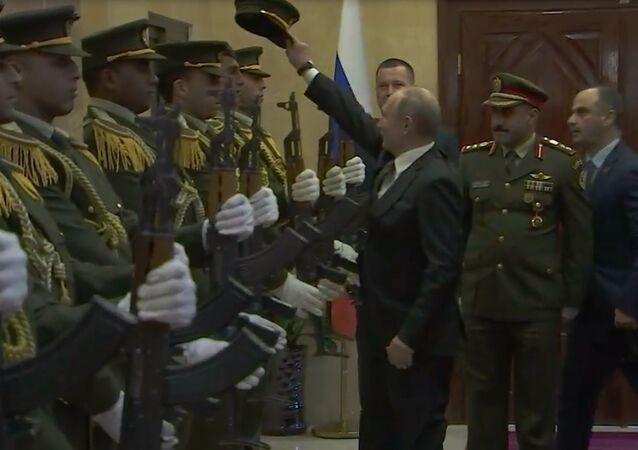 Putin, Filistin muhafız subayının şapkasını yerden kaldırdı