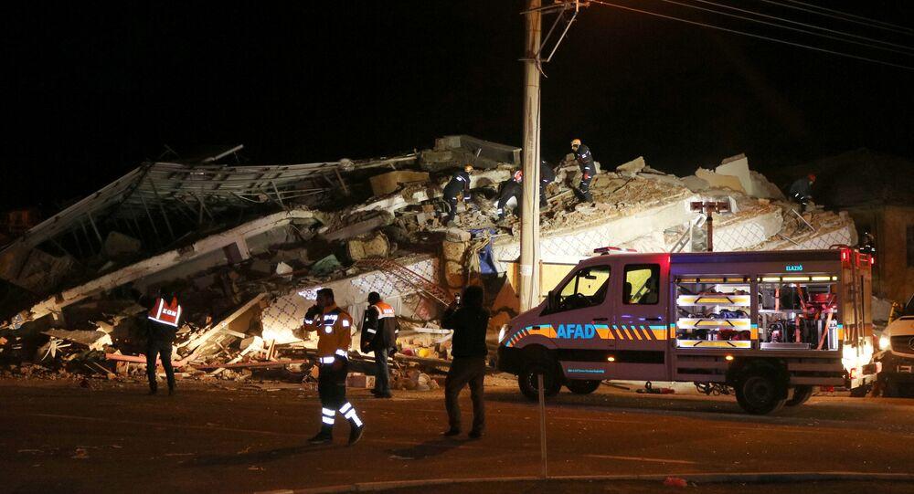 Elazığ'da deprem yüzünden yıkılan binalarda arama-kurtarma çalışmaları