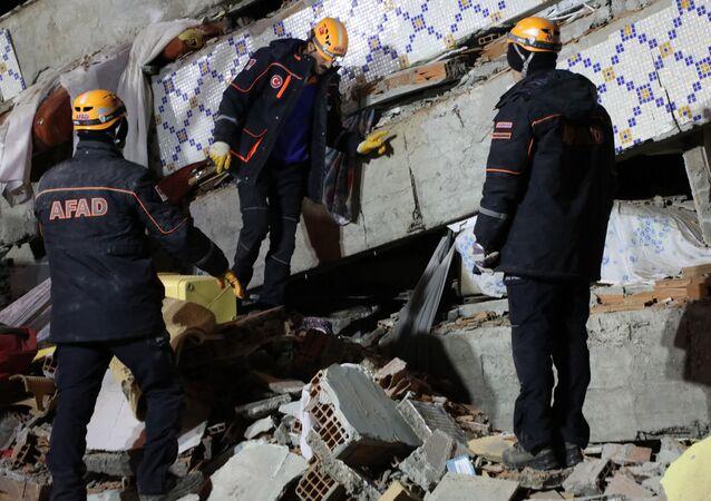 Elazığ'ın Maden İlçesine bağlı Gezin Mahallesi'nde 4 katlı bir bina yıkıldı. Enkazdan 1 ölü 1 yaralı çıkarılırken, halen 3 kişinin olduğu belirtiliyor. Enkazda arama kurtarma çalışmaları sürüyor.