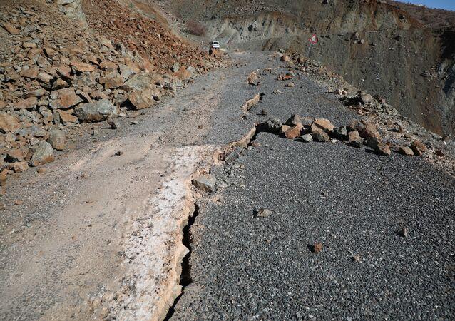 Depremin şiddetiyle asfalt yollarda derin ve uzun çatlaklar oluştu
