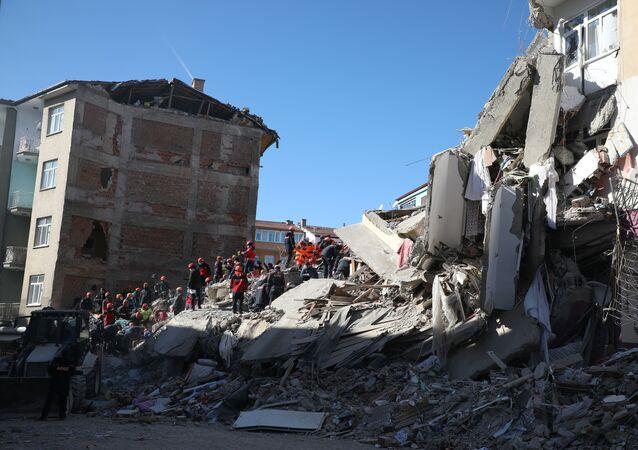 Elazığ'da meydana gelen depremin ardından enkazlarda mahsur kalan kişilerin kurtarılması için çalışmalar devam ediyor
