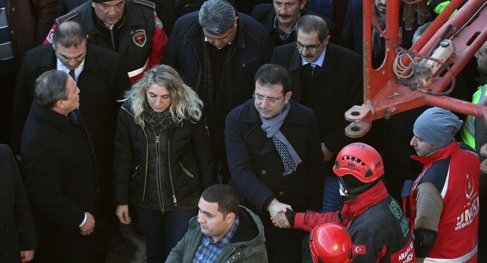 İBB Başkanı Ekrem İmamoğlu, eşi Dilek İmamoğlu ile birlikte, depremin vurduğu Elazığ'da incelemelerde bulundu.