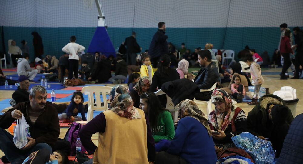 Elazığ'da meydana gelen ve halen artçı sarsıntıları devam eden 6.8 büyüklüğündeki depremden dolayı evlerine gidemeyen bazı vatandaşlar spor salonunda kalırken, bazıları çadırda bazıları da araçlarda sabahlıyor.