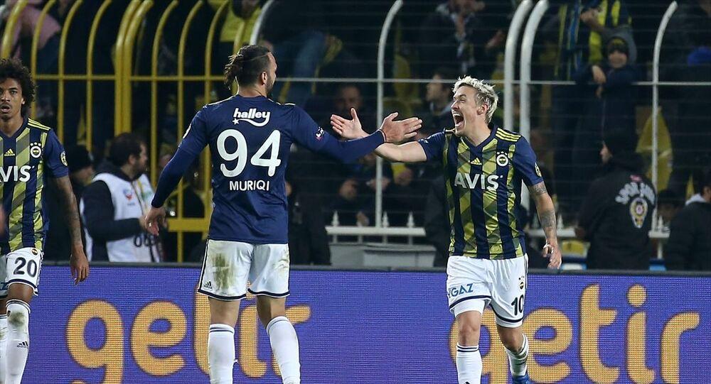 Fenerbahçe, Süper Lig'in 19. hafta maçında Medipol Başakşehir ile Ülker Stadı'nda karşılaştı. Fenerbahçeli futbolcu Max Krause (10), attığı golden sonra sevincini takım arkadaşı Vedat Muriqi (94) ile paylaştı.