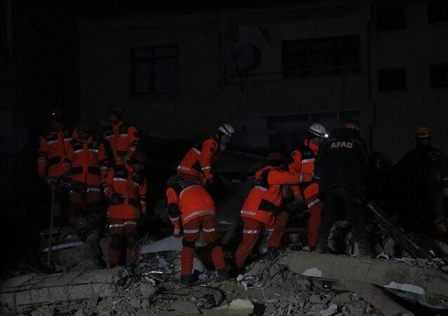 Elazığ'da meydana gelen depremde Mustafa Paşa Mahallesi'nde çöken binalarda arama kurtarma çalışmaları devam ediyor.